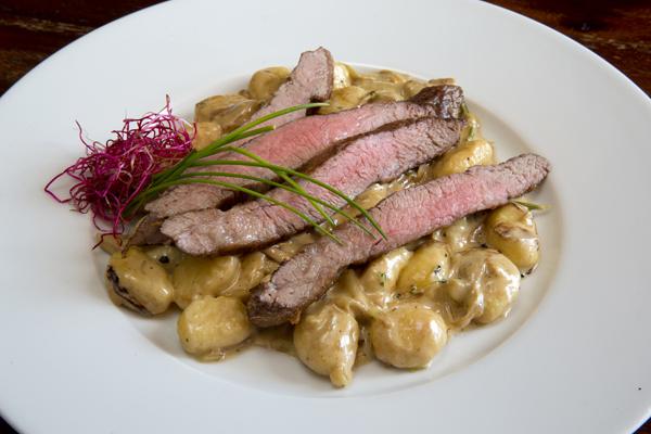 Strips z flank steaku v sezame na zemiakových gnocchi s dubákmi
